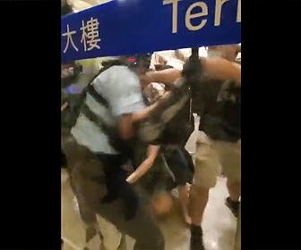 【動画】香港でデモ参加者の女性を警察官が逮捕しようとするがデモ隊が…