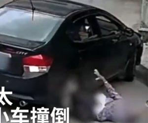 【動画】87歳おばあさんがバックする車に轢かれ下敷きになってしまう衝撃事故映像