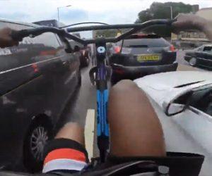 【動画】子供達が車道を自転車で危険な運転をし車に接触。事故を車の運転手のせいにする衝撃映像