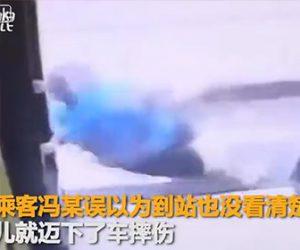 【動画】走っているバスのドアが開きおばさんが降りてしまう衝撃映像