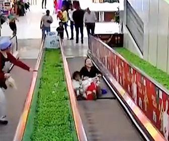 【動画】エスカレーターの床が抜け落ち、少女が足を挟んでしまう衝撃映像
