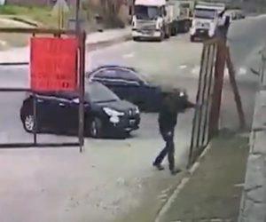 【動画】男性が車から降りゲートを開けるが男が車に乗り込み走り去ってしまう衝撃映像