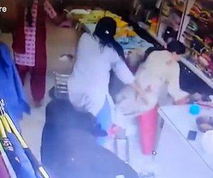 【動画】道で戦う2頭の牛が店に突っ込んでくる衝撃映像。女性店員達が必死に逃げる。