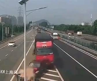 【動画】高速道路で車が無理に車線変更し後続のトラックに激突してしまう衝撃映像