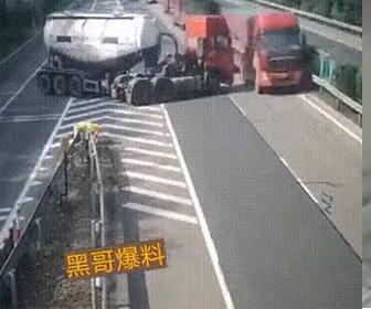 【動画】タンクローリーが高速道路の出口を間違いUターンして逆走する衝撃映像