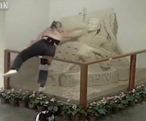 【動画】少女が柵を乗り越え砂の彫刻を壊してしまう衝撃映像