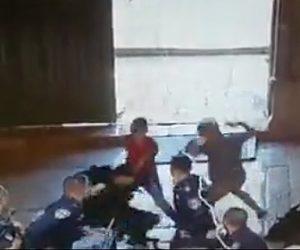 【動画】少年2人がナイフで警察官を襲撃。警察官の腹部を何度も刺す衝撃映像
