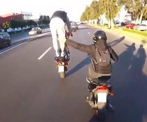 【動画】調子に乗りバイクに立ちウイリー走行する男が車に突っ込んでしまう衝撃事故映像