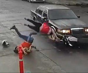 【動画】家族3人が乗るバイクが交差点で車にはね飛ばされてしまう衝撃事故映像