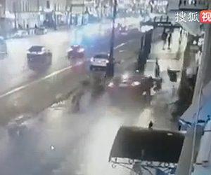 【動画】歩道を歩く人達に猛スピードの車が突っ込みはね飛ばしてしまう衝撃事故映像