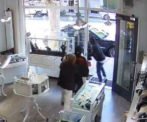 【動画】宝石店の店主 VS ハンマーを持った少年強盗 宝石店で激しい戦い