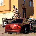 【動画】少女が車の上から自転車で降りようとするが失敗し…