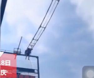 【動画】中国の山頂の絶叫テーマパーク。観光客が断崖絶壁の空中ブランコに乗るが突然急落下する