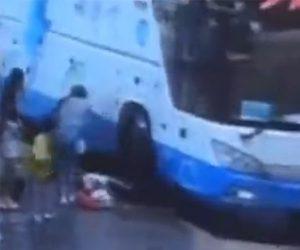 【動画】バスが突然動き出し横にいた少女が足を轢かれてしまう衝撃事故映像