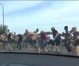 【動画】男達100人以上が大乱闘。ストリートで激しい殴り合いをする衝撃映像