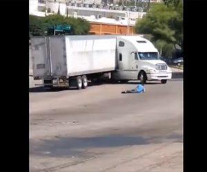 【動画】サイドブレーキをかけ忘れたトレーラーが坂道を下り出し運転手が必死に追いかけるが…
