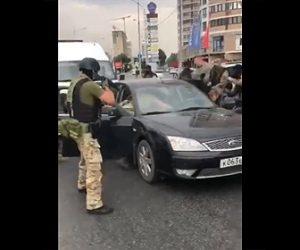 【動画】ロシアのSWATチームがギャング達を車から引きずり出し取り押さえる衝撃映像