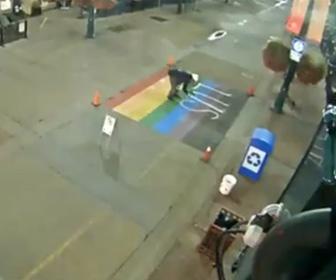 【動画】横断歩道にスプレーで落書きをする男