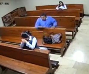 【動画】教会でお祈りをしている女性の荷物から携帯電話を盗む泥棒