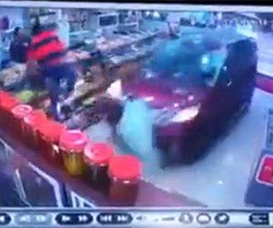 【動画】店に猛スピードのバンが突っ込み客が必死に避ける衝撃映像