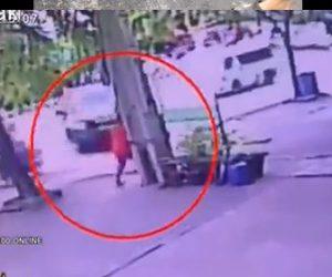 【動画】コントロールを失った車が猛スピードで歩道を歩く男性に突っ込んで来る衝撃映像