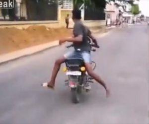 【動画】後ろ向きでバイクに乗る男性が歩道に突っ込み転倒する衝撃映像