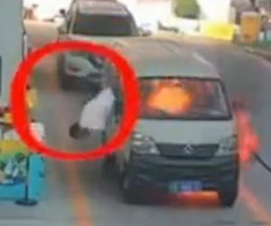 【動画】ガソリンスタンドで停車しているバンが突然爆発し炎上。運転手が窓から必死に這い出る衝撃映像