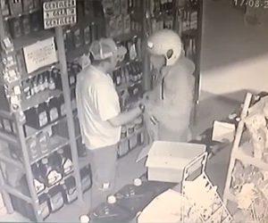 【動画】ガソリンスタンドに武装強盗が現われるが店主が抵抗し銃を奪い取る
