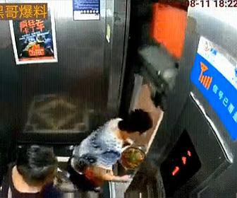 【動画】中国のエレベーターが危険すぎる。ドアが開いたまま動き出し食事を運ぶ女性が…
