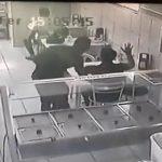 【動画】パン屋に現れた武装強盗2人VS客の陸軍軍曹 激しい戦いになる衝撃映像