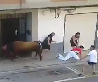 【動画】牛追い祭りで逃げ遅れた男性が暴れ牛に襲われてしまう衝撃映像