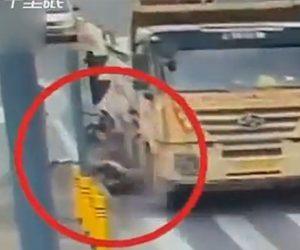 【動画】2人乗りスクーターが大型トラックを追い越そうとするが接触し…