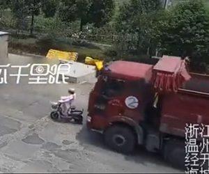 【動画】ダンプカーが前を走るスクーターに気付かず激突。スクーター運転手の女性が必死に逃げるが…