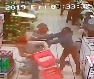 【動画】黒人男が突然白人女性を後ろから突き飛ばす衝撃映像