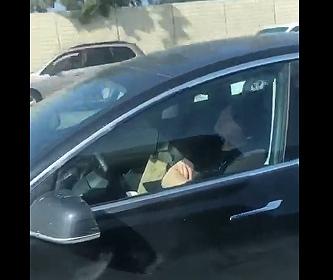 【動画】高速道路を走行するテスラの運転手が完全に寝ている衝撃映像