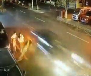 【動画】車道を歩く男性に猛スピードの車が突っ込み跳ね飛ばしてしまう衝撃映像