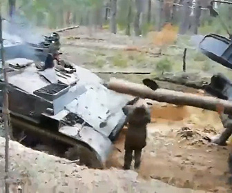【動画】戦車が動けなくなり丸太を使って後ろの戦車が押すが…