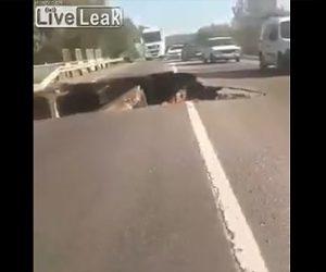 【動画】道の半分が崩落した橋を車が渡る衝撃映像