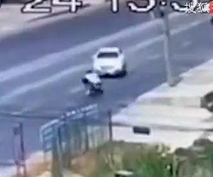【動画】母と子供か乗るスクーターが反対車線に飛び出してきた車に激突してしまう衝撃事故映像