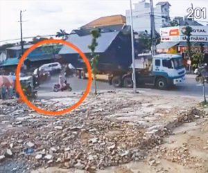 【動画】左折するトレーラーが電線に引っかかりコンテナが転落。横にいたスクーターが…