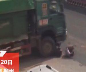 【動画】大型トラックに轢かれたスクーター運転手がトラックに潰されないよう必死に逃げる衝撃映像