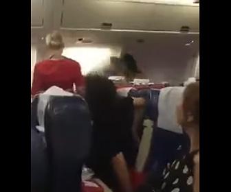 【動画】中国人が機内食をめぐり激しい喧嘩になる衝撃映像