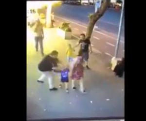 【動画】両親の目の前で女が少年にナイフで襲いかかる衝撃映像