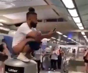 【動画】男性が周りの目を気にせず地下鉄のゴミ箱にウ〇コをする衝撃映像