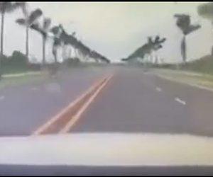 【動画】女性が運転する車が猛スピードで川に突っ込む衝撃映像