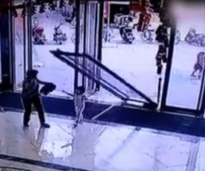 【動画】ショッピングモールの扉が倒れ3歳少女が下敷きになってしまう衝撃映像