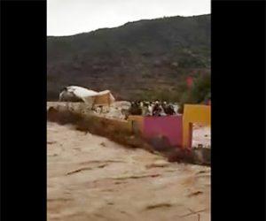 【動画】洪水で土手が決壊。濁流がサッカー場に押し寄せ大勢が壁によじ登るが…