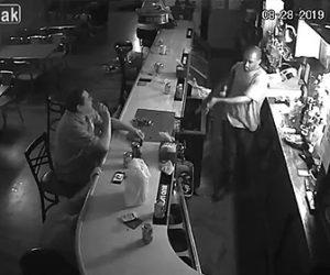 【動画】世界一冷静な男。バーにライフルを持った強盗が現れるが…