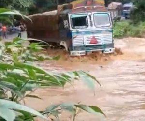 【動画】増水した川を大型トラックが渡ろうとするが横転してしまう衝撃事故映像