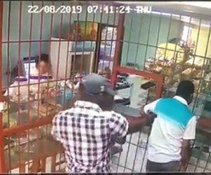 【動画】店に殺し屋が現れ銃で店員を後ろから撃ち殺そうとするが…
